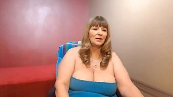 mature femmes plays on cam.