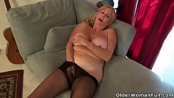 yankee gilf phoenix skye needs to fondle her.